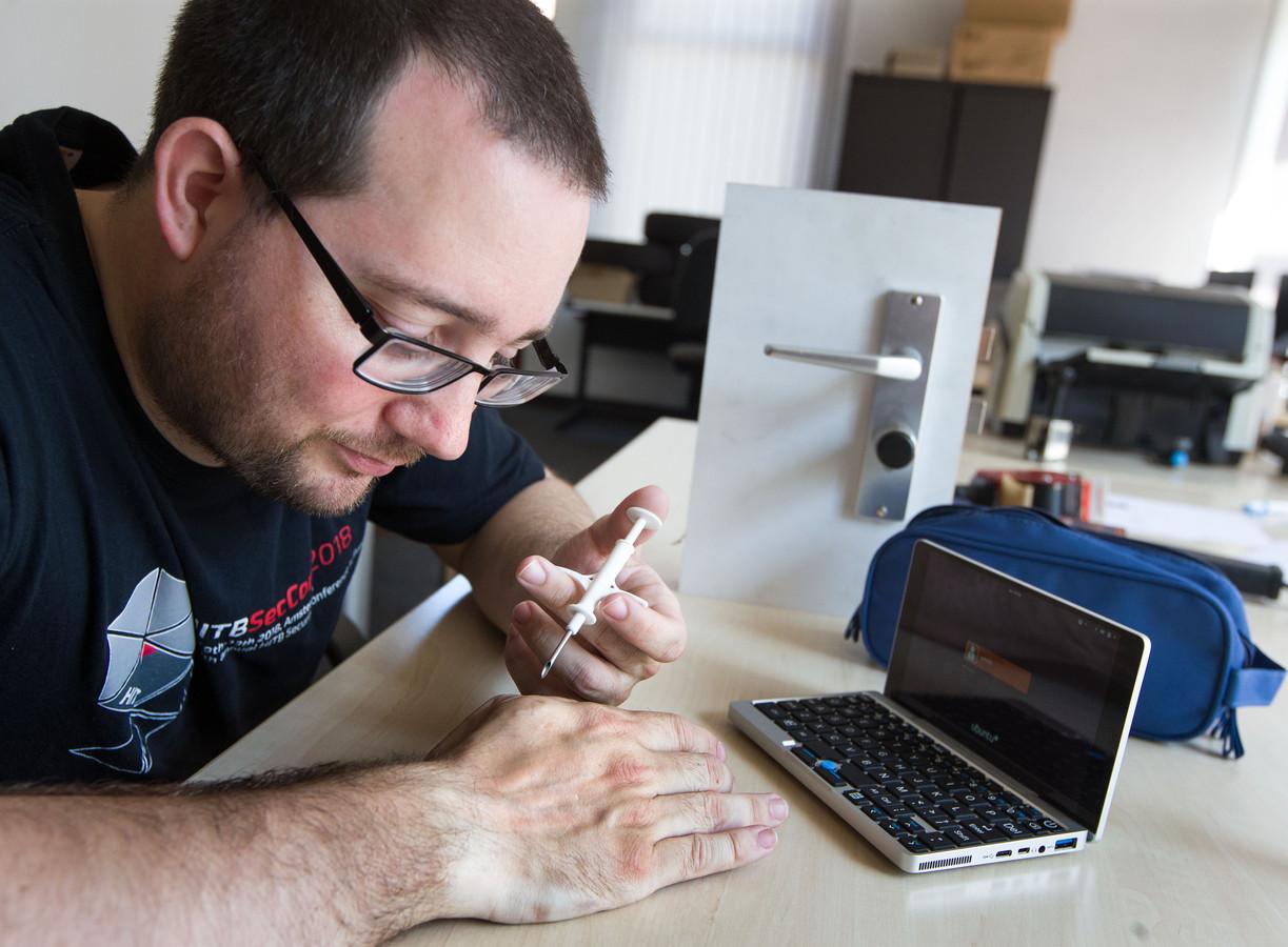 Patrick Paumen heeft 15 implantaten in zijn handen en armen, waaronder chips en magneten.
