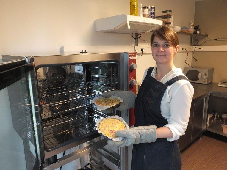 An Stadius haalt verse quiches uit haar oven.