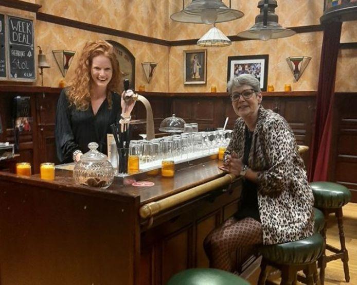 Marjolein van Dreven (links) en Mirjam van Bockel in Café de Koning. De plek waar GTST-personages elkaar ontmoeten.