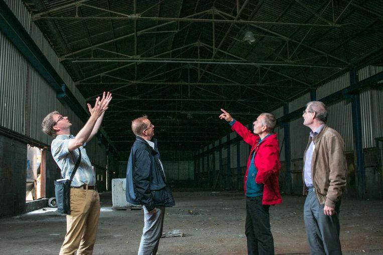 Een zichtbaar tevreden OCMW- en Den Azalee-voorzitter Mike Nachtegael (links), in de vroegere fabriekshal van Nobels-Peelman aan de Heistraat.