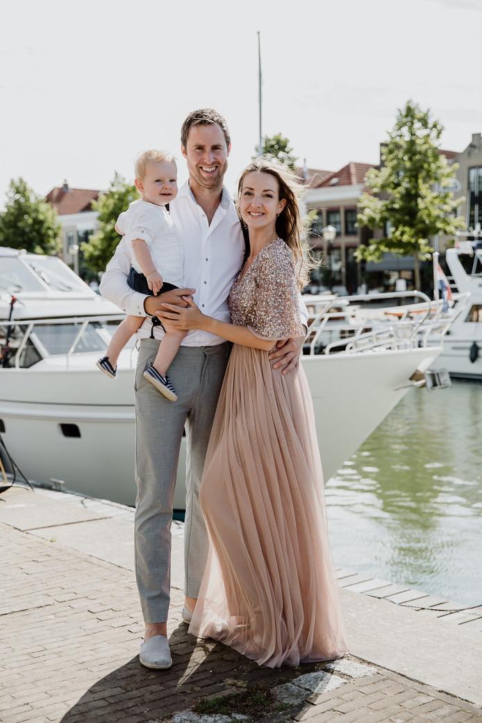 Maarten en Joyce trouwden voor hun vertrek naar het Midden-Oosten in Oud-Beijerland. Zoontje Vik was daar ook al bij.