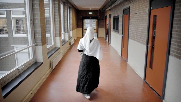 Archiefbeeld uit 2006: een meisje loopt over de gang van het Islamitisch College in Amsterdam. In 2010 werd de school gesloten. Beeld Joost van den Broek / de Volkskrant