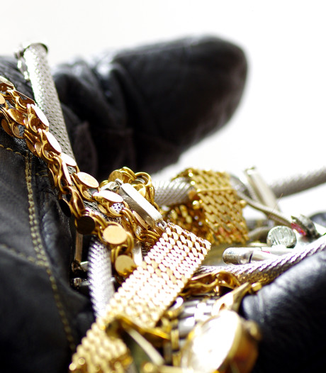 Medewerkster van zorginstelling steelt geld en sieraden bij ouderen thuis