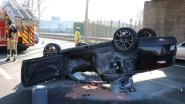VIDEO: Auto belandt op zijn dak op E40, twee gewonden afgevoerd naar ziekenhuis