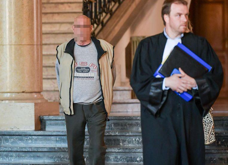 Livin B. met zijn advocaat in de rechtbank.