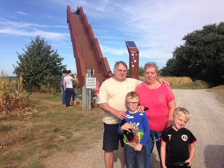Jeanine Cools en haar man, samen met kleinkinderen Siebe (6) en Niels (8).