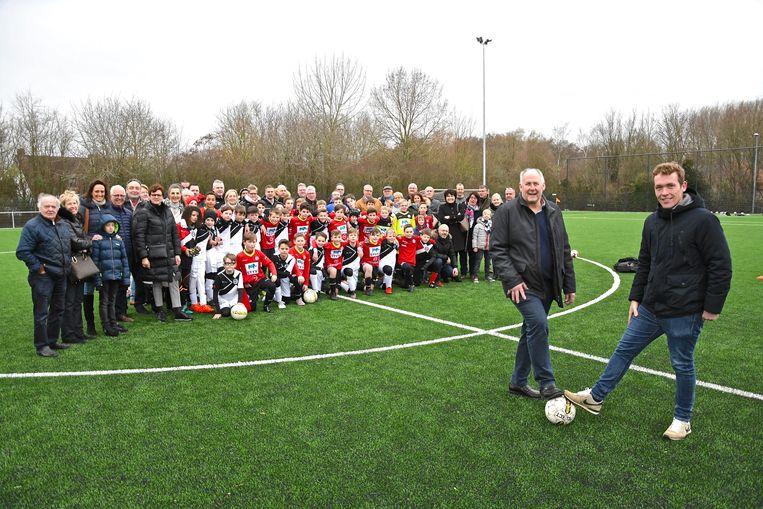 Ronny Ghillemyn, voorzitter van VVEK, en sportschepen Lothar Feys (N-VA) zijn trots op het nieuwe kunstgrasveld.