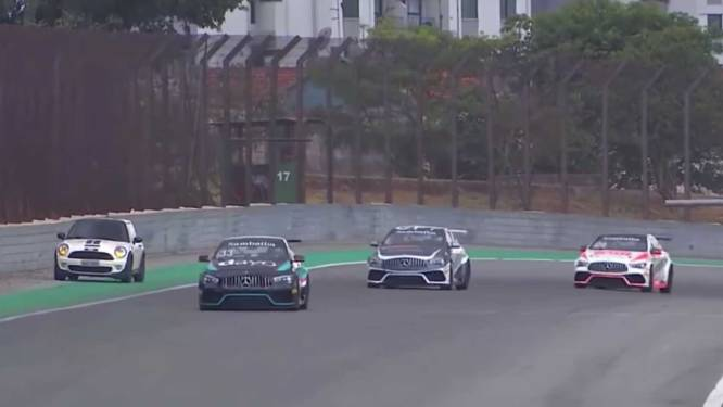 Oeps! Mini rijdt per ongeluk circuit op tijdens race