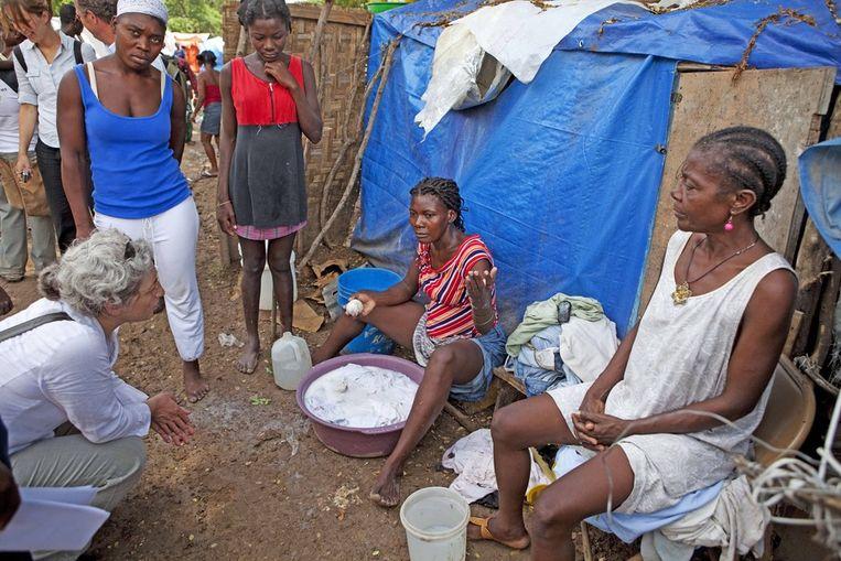 Voorzitter Farah Karimi (links) van de Samenwerkende Hulporganisaties bezoekt in 2010 het kamp in Port-Au-Prince, de hoofdstad van Haïti, waar Oxfam Novib onder meer sanitaire voorzieningen heeft gerealiseerd. Beeld ANP