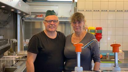 """Eric en Delia stoppen na 33 jaar frituur: """"Frieten bakken is nu kinderspel in vergelijking met vroeger. Volg je de regeltjes, dan lukt het wel!"""""""