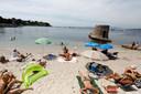 Vakantiegangers op het strand in Antibes in Zuid-Frankrijk.