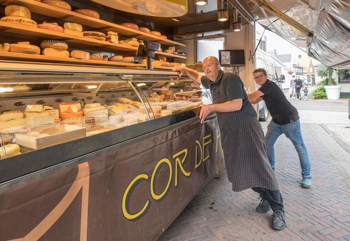 Cor Donselaar maakt samen met zoon Matthias de kaaskraam gereed.