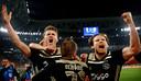 Dolle vreugde bij Ajax na het bereiken van de halve finale.