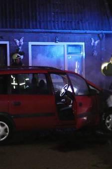 Brandweer blust 2 autobranden in Enschede