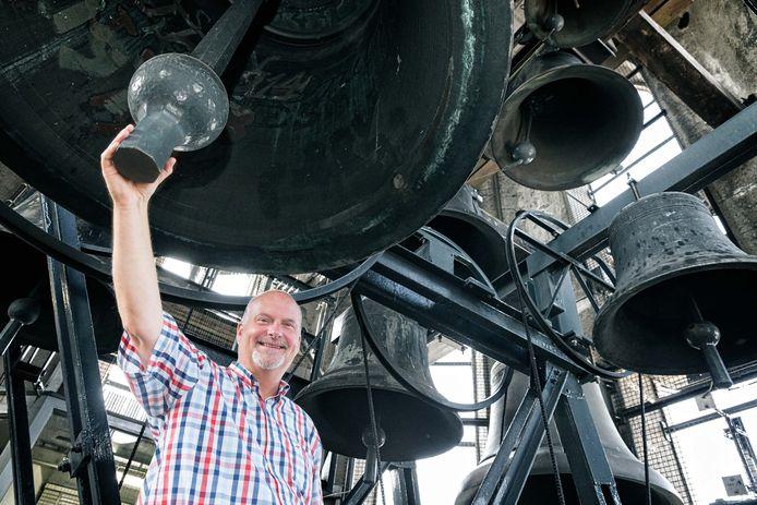 Beiaardier Martien van der Knijff in het carillon van de Peperbus in Zwolle