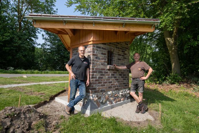 Leendert Tuinhof (r) en Gerard Blok hebben samen een kapelletje gebouwd vlak bij de begraafplaats bij Luttelgeest.