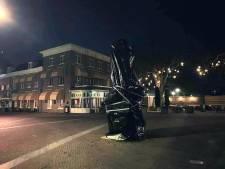 '76 jaar terug in de tijd': vrijheidsmonumenten ingepakt met zwart folie uit protest tegen avondklok