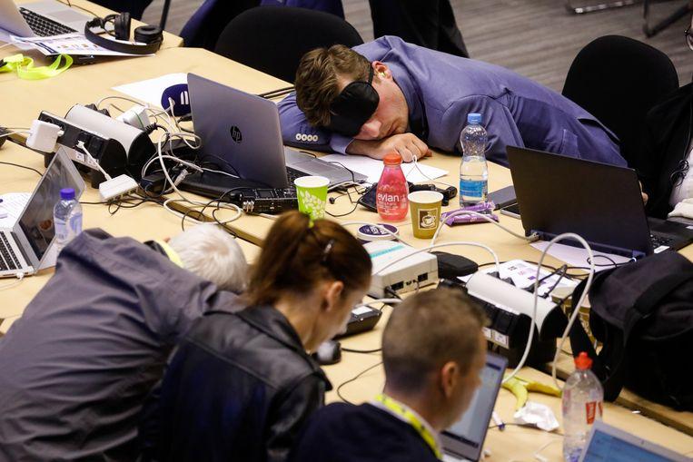 Journalisten proberen te slapen tijdens de lange EU top Beeld BELGA