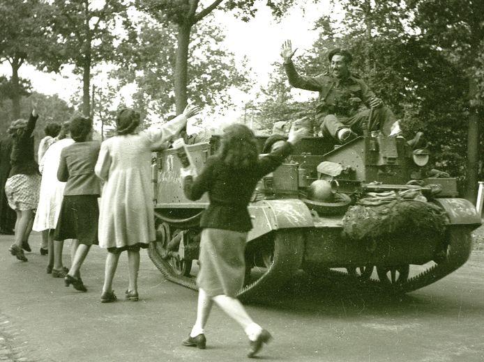 Geallieerde soldaten worden enthousiast onthaald op de Rijksweg tussen Reek en Grave.