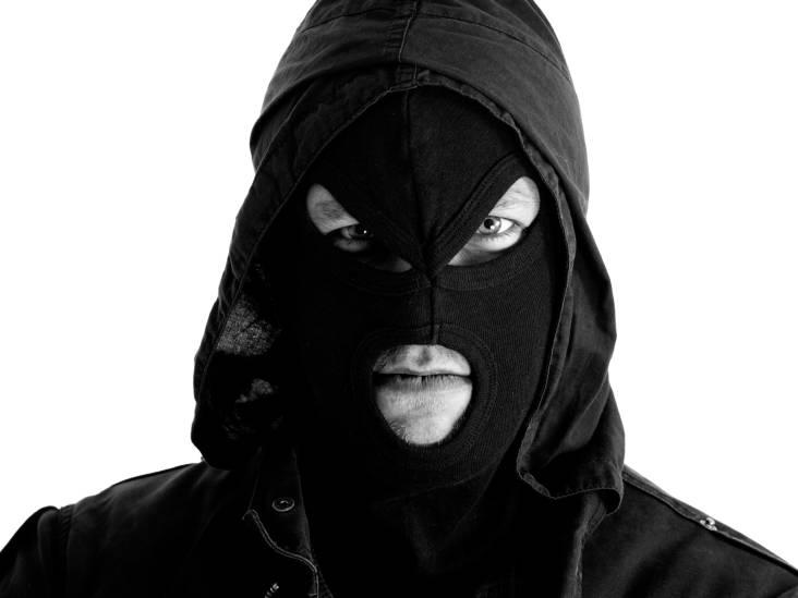 Mannen met bivakmutsen op bedrijventerrein Roosendaal, verdachte met inbrekerswerktuig aangehouden