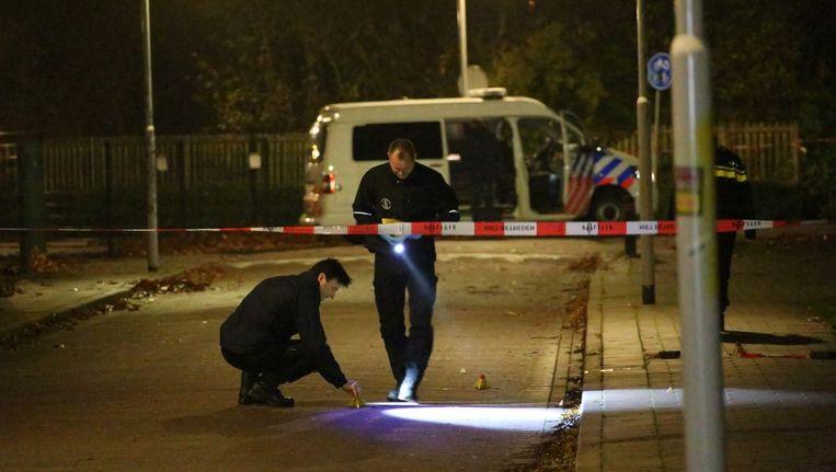 Bij een schietpartij aan de Spinozahof is een man om het leven gekomen. De politie heeft de omgeving afgezet en verricht sporenonderzoek. Beeld anp