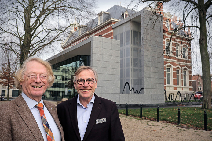 Peter van der Steen (links) draagt de voorzittershamer bij museum Jan Cunen over aan Peter Beckers.
