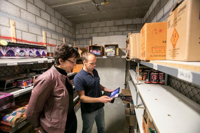 Andrea Elenbaas en controleur Patrick Maas in de kluis van de Vuurwerkstunter in Beek en Donk.