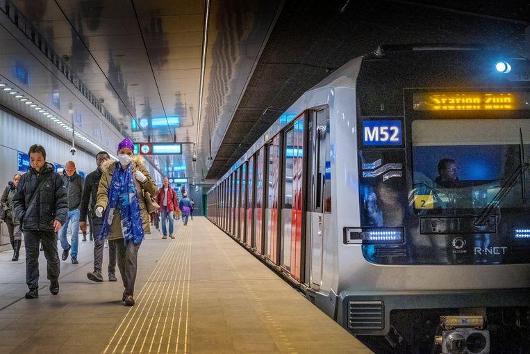 Sinds de lockdown in Nederland reist nog maar zo'n 10 to 15 procent van het gebruikelijke reizigersaantal met het ov. Hier passagiers die gebruikmaken van de Amsterdamse metro.   Beeld Patrick Post