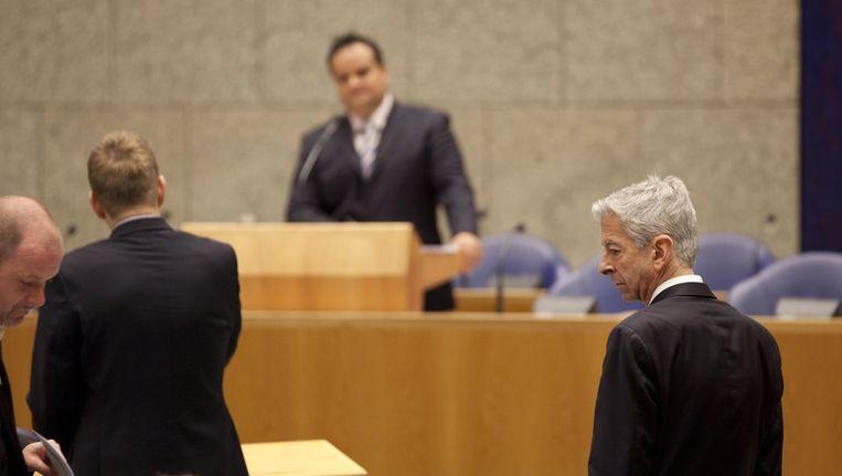 PvdA-Kamerlid Ronald Plasterk, op de achtergrond minister De Jager. Beeld null
