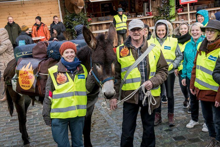 Loes en Piet Ternest maakten samen met ezel Black Berry een eerste tussenstop op de kerstmarkt.