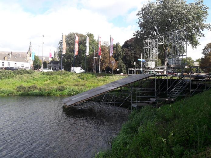 Op de hoek Zuidwal-Hekellaan zijn de voorbereidingen getroffen voor een glijbaan als startplaats van Swim to Fight Cancer.