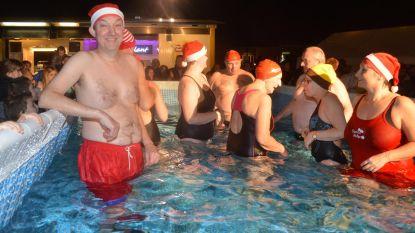 IJsberen nemen duik na kerstboomverbranding