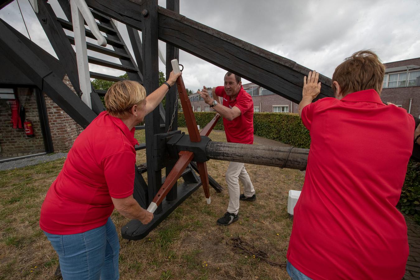 Molenaar Fons Hermans Mierlo en vrijwilligers aan het werk bij de standerdmolen in Mierlo.