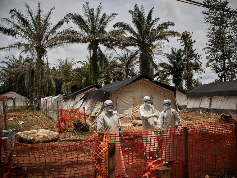 Een medisch team in een verzorgingscentrum voor ebolapatiënten.