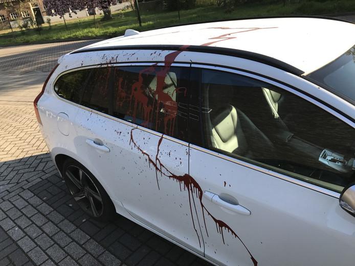 Auto van Tom besmeurd met rode verf