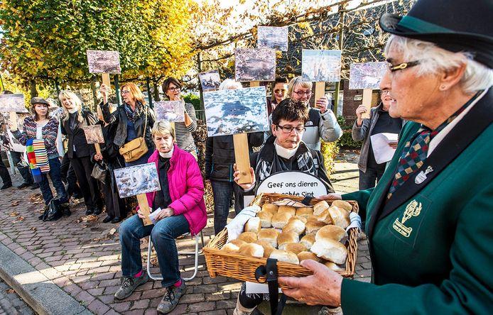 Een groep van 30 dierenactivisten weigerden uit protest het Hubertusbroodje