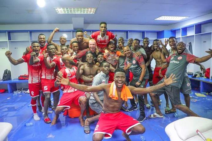 De kwalificatie voor de Afrikaanse Champions League werd uitbundig gevierd in de kleedkamer van Simba SC door Sven Vandenbroeck (midden) en zijn spelersgroep.
