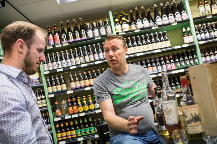 Sander Pardijs legt het aan Stentor verslaggever Sander Zurhake de beginselen van het Whisky drinken uit.