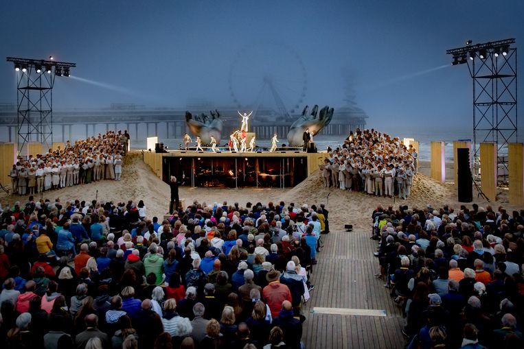 De uitvoering van de Carmina Burana vond plaats op een mistig strand. Beeld AnneReitsma_Fotografie