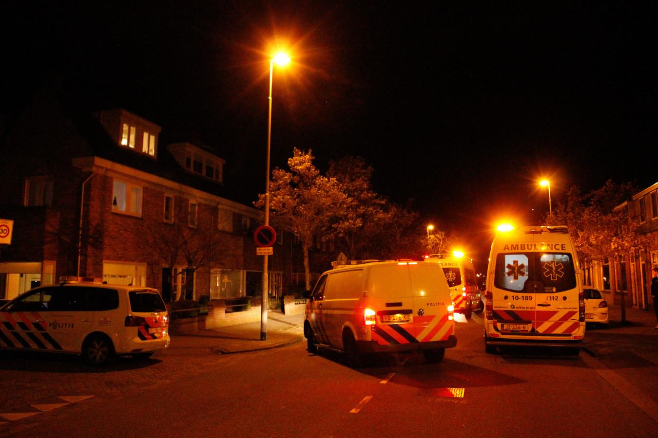 Politie en hulpdiensten op de plaats van de schietpartij op de Ruyghweg in Den Helder.