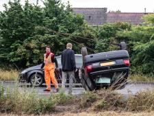 Auto slaat over de kop op Westerval in Enschede