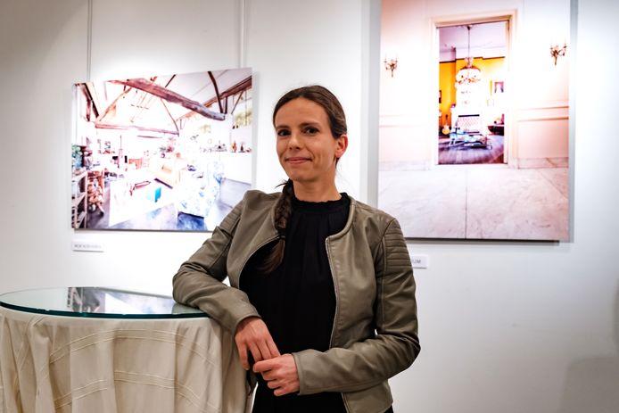 Fotografe Evy Raes bij de tentoonstelling.