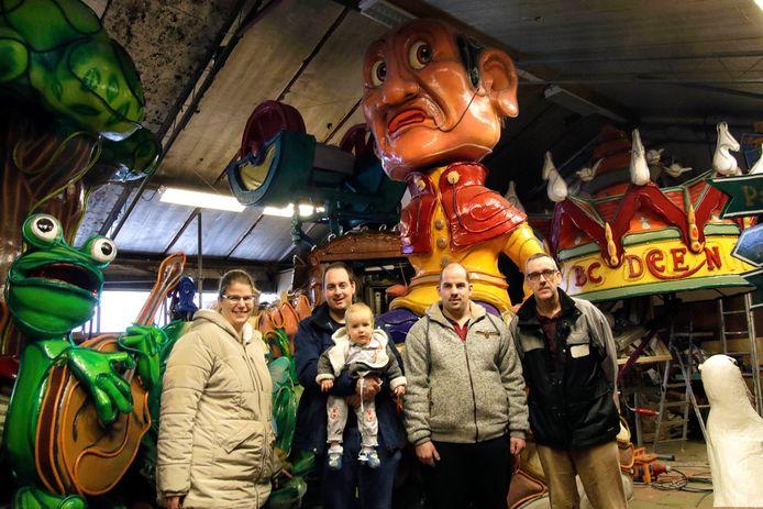 Welberg : leden van de BouwClub Deen bij hun carnavalswagen die dus vandaag niet door hun dorp De Heen zal rijden, de optocht is vanwege de storm afgelast .  vlnr op foto :  Covy van der Zande , Pieter Kees van der Zande met zoontje Matthijs , Patrick Vlemmix en John van der Zande. foto: Pix4profs/Gerard van Offeren