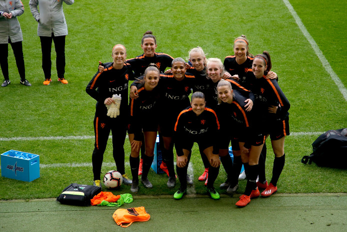 Oranjeleeuwinnen tijdens training.