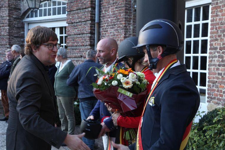 Met gemengde gevoelens feliceert Jeremie Vaneeckhout de winnende ruiters.