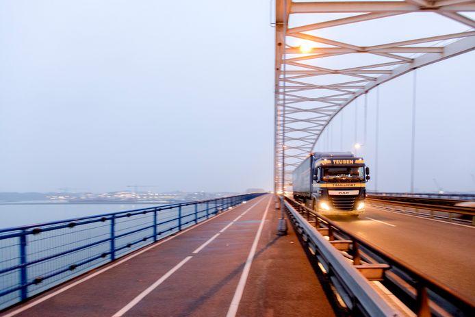 Enkele jaren geleden moest de Merwedebrug bij Gorinchem een paar maanden dicht voor vrachtverkeer omdat er door achterstallig onderhoud een gevaarlijke situatie was ontstaan. Dat kostte het bedrijfsleven miljoenen.