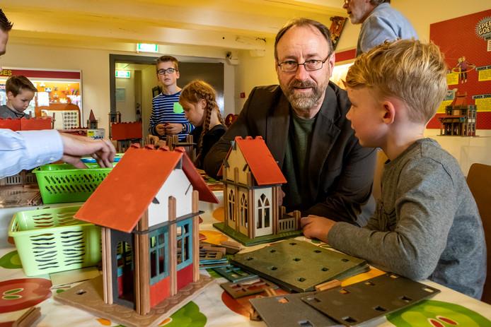 Scheidend directeur van de Deventer musea Garrelt Verhoeven in het Speelgoedmuseum.