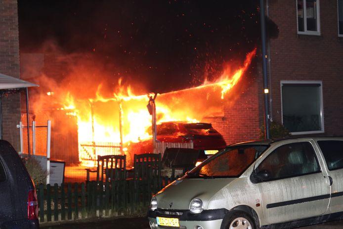 Door de autobrand ging ook de carport in vlammen op.