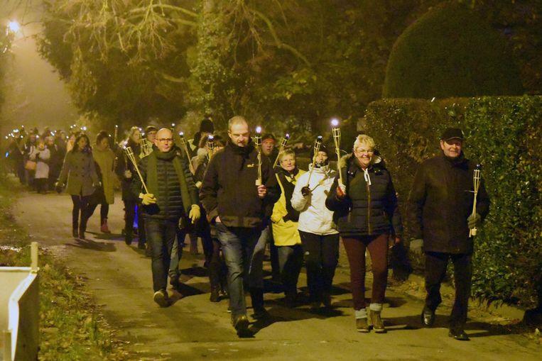 Honderden mensen namen deel aan de fakkeltocht.