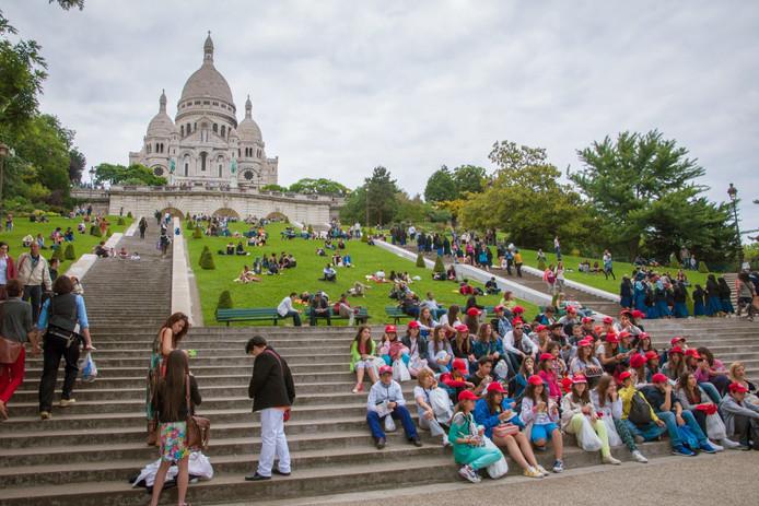 Een schoolklas poseert voor de Sacre Coeur.